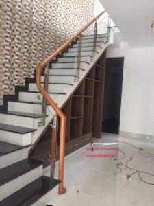 cầu thang kính và gỗ cái nào đắt hơn?